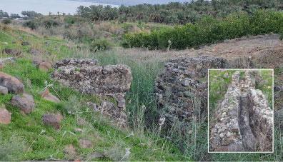 שרידי גשר אמת המים הקדומה לטבריה בחצייתה את אפיק נחל שלם והתעלה הבנויה והמטויחת. (צילום ח' ממליה)